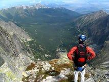 przyglądający mężczyzna góry wierzchołek fotografia stock
