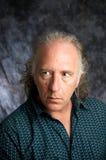 przyglądający mężczyzna portreta strony studio Fotografia Stock