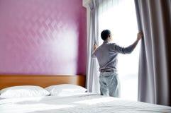 przyglądający mężczyzna przyglądający okno Zdjęcia Royalty Free