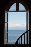 Przyglądający ocean i niebo Out otwarte okno Obrazy Stock