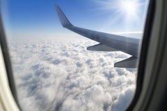 Przyglądający okno samolot fotografia stock