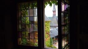 Przyglądający otwarty witrażu okno out zdjęcie stock