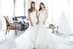 Przyglądający Piękny W Eleganckich Ślubnych sukniach zdjęcia stock