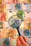 przyglądający pieniądze Obraz Royalty Free