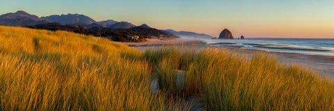Przyglądający południe działo plaża i Haystack skała w dziele Wyrzucać na brzeg zdjęcia royalty free