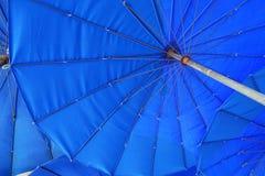 Przyglądający przy błękitnym parasol up Obrazy Stock
