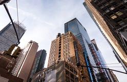 Przyglądający przy budynkami w Miasto Nowy Jork up, twillight Fotografia Stock