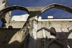 Przyglądający przy Carmo klasztorem w Lisbon up Obraz Royalty Free