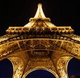 Przyglądający przy Eiffel przy nocą up fotografia royalty free