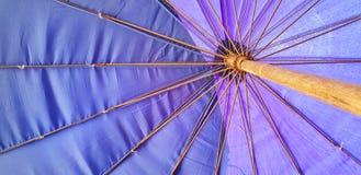 Przyglądający przy fiołkowym parasol up Zdjęcie Stock