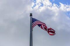 Przyglądający przy flaga amerykańskiej falowaniem w chmurach up fotografia stock