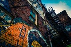 Przyglądający przy graffiti i starymi schodami w graffiti alei up, Bal Zdjęcia Royalty Free