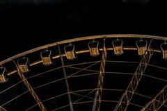 Przyglądający przy klauzurowymi samochodami na gigantycznym ferris kole przy nocą up fotografia royalty free