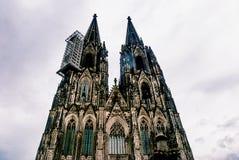 Przyglądający przy Kolońskimi Katedralnymi Kolner Dom Up fotografia royalty free