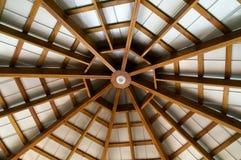 Przyglądający przy osiem popierającym kogoś odsłoniętym promienia dachem up Fotografia Royalty Free