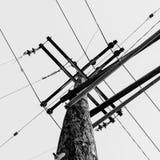 Przyglądający przy powerlines krzyżuje niebo up Zdjęcie Royalty Free