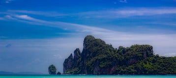 Przyglądający przy zatoką przy Phi Phi wyspą out, Krabi Tajlandia obrazy royalty free