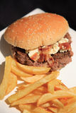 Przyglądający puszek na błękitny sera hamburgerze Obrazy Royalty Free