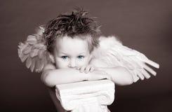 przyglądający się błękitny aniołeczek zdjęcia royalty free