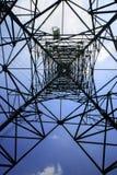 Przyglądający up metal elektryczności pilon Obraz Stock