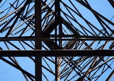 Przyglądający up na wysokim woltażu pilonie Fotografia Royalty Free