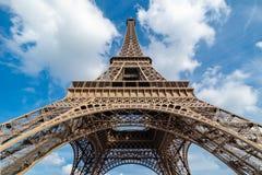 Przyglądający Up wieża eifla fotografia royalty free