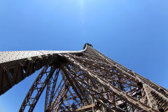 Przyglądający Up wieża eifla Zdjęcie Stock