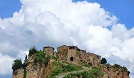 Przyglądający w górę Civita Di Bagnoregio Włochy przy obrazy stock