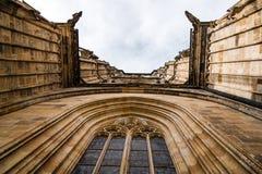 Przyglądający w górę okno katedra Praga obraz stock