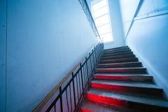 Przyglądający w górę strasznego zniekształcającego schody Schodki iść w górę czerwonego światła na krokach z obrazy royalty free