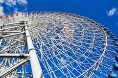Przyglądający w górę wielkiego Ferris koła obrazy stock