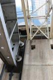 Przyglądający w kierunku dostępu mosta i otwartych spillway bram przy ponownym up Obraz Royalty Free