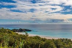 Przyglądający za podkowy zatoce na wyspie Bermuda przez zdjęcia stock