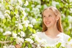 Przyglądająca piękna nastolatek dziewczyna z białymi kwiatami Zdjęcia Stock