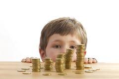 przyglądający chłopiec pieniądze Zdjęcie Royalty Free