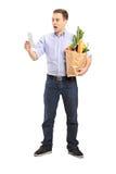 przyglądający mężczyzna kwitu sklep zaskakujący Obraz Stock