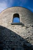 Przyglądający przy Antyczną kamienia wierza ścianą up Fotografia Stock