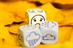 Przygnębiająca i smutna pogoda pokazywać na kostka do gry jesień Zdjęcie Stock
