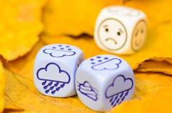 Przygnębiająca i smutna pogoda pokazywać na kostka do gry jesień Zdjęcie Royalty Free