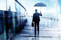 Przygnębiona biznesmen pozycja Podczas gdy Trzymający parasol obraz stock
