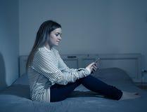 Przygnębiona dziecko ofiara niebezpieczeństwa internet i mądrze telefonu nałóg zdjęcia stock