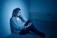 Przygnębiona dziecko ofiara niebezpieczeństwa internet i mądrze telefonu nałóg zdjęcie royalty free