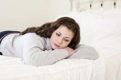 Przygnębiona dziewczyna na lying on the beach na łóżku fotografia stock