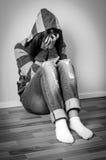 Przygnębiona dziewczyna w kapturzastej bluzie sportowa Fotografia Royalty Free