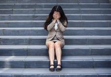 Przygnębiona i desperacka biznesowa kobieta płacze samotnego obsiadanie na ulicznym schody cierpienia depresji kryzysu uczuciu st zdjęcia stock
