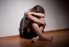 Przygnębiona młoda osamotniona kobieta Fotografia Stock