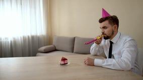 Przygnębiona młoda samiec w partyjnej kapeluszowej odświętności urodzinowy samotnym, depresja kryzys zdjęcia stock