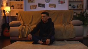 Przygnębiona nastoletnia studencka cierpienie samotność, brak komunikacja, żadny przyjaciele zbiory