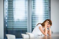 Przygnębiona, niespokojna młoda kobieta/ zdjęcia stock