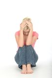 Przygnębiona Rozważna Nieszczęśliwa młoda kobieta Siedzi Samotnie na podłoga Obrazy Royalty Free